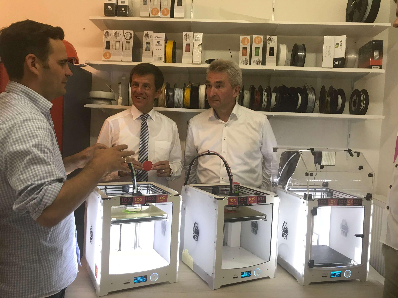 Minister Pinkwart und NRW Bank Vorstandsvorsitzender Eckhard Forst im IOX LAB
