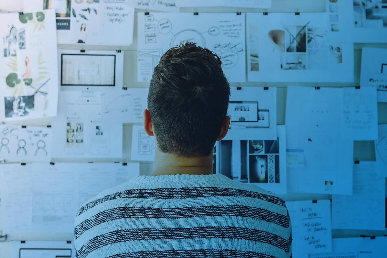 Zum Artikel: Digitalisierung als Motor für das Innovationsmanagement: Person vor Tafel mit Zetteln