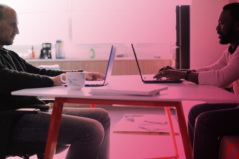 Zum Artikel Innovationsmanagement: Zwei Personen am Tisch