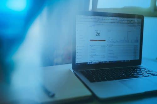 Zum Artikel IoT Data Analytics: Laptop auf dem Tisch mit Analytics-Programm