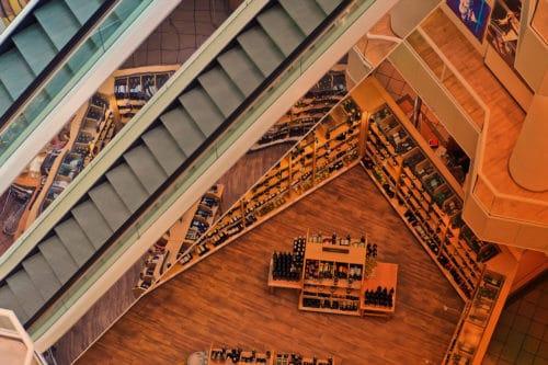 Zum Artikel KI im Handel: Rolltreppe, Weinregale im Einkaufszentrum