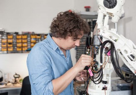 IOX LAB entwickelt Roboter Bob weiter